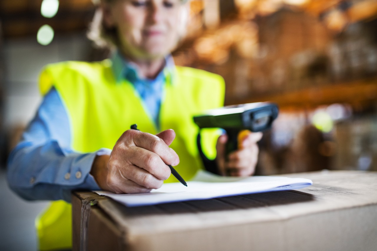 warehouse-woman-worker-with-barcode-scanner-ZE57W3C